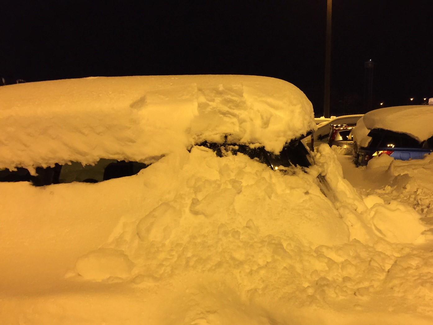 北海道の大雪に埋まる車